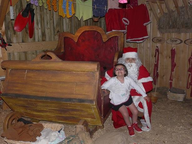 Margot avec le Père Noël à côté de son traineau