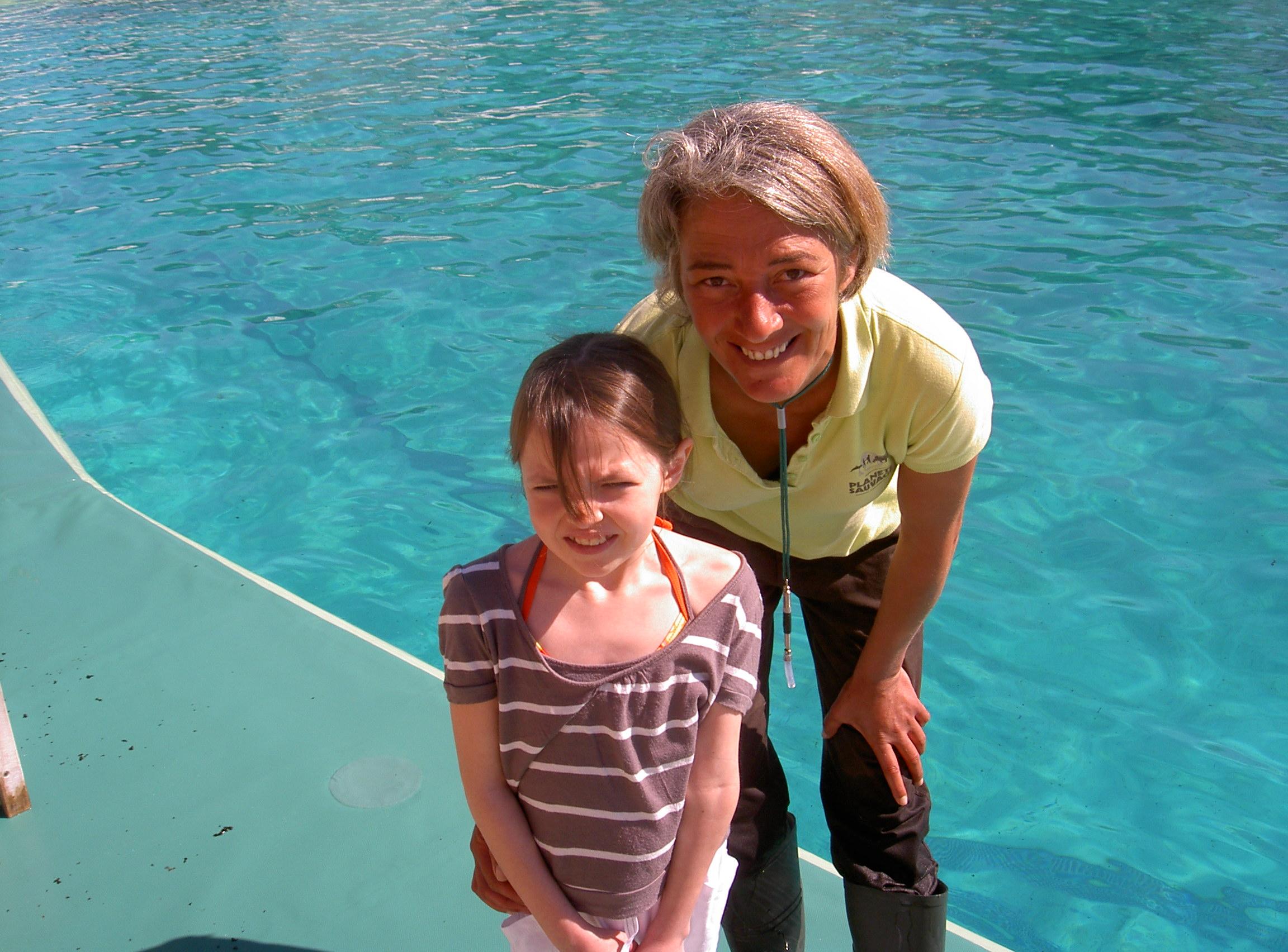 Margaux et la soigneuse de dauphins