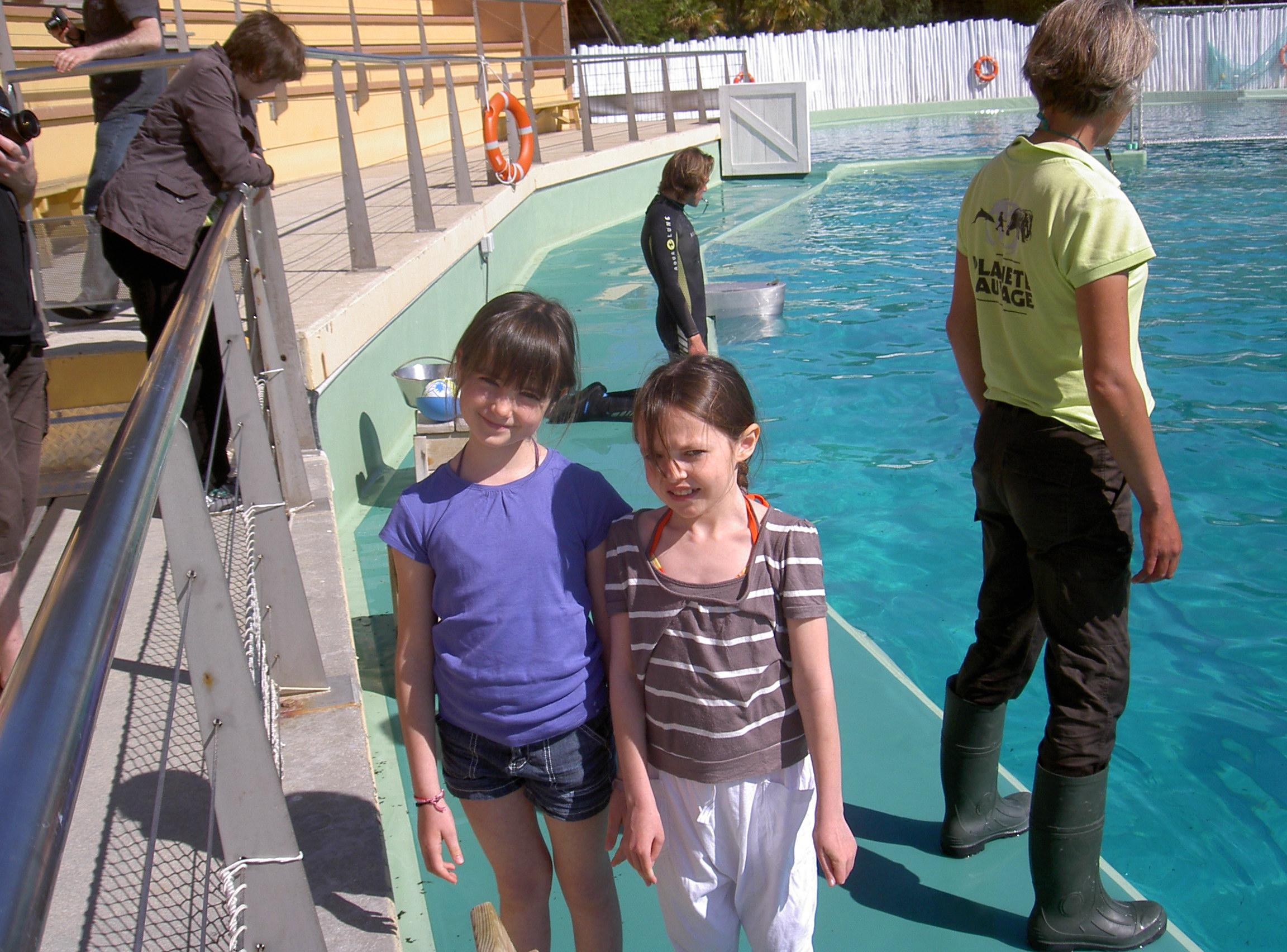 Margaux et sa copine au bord du bassin des dauphins